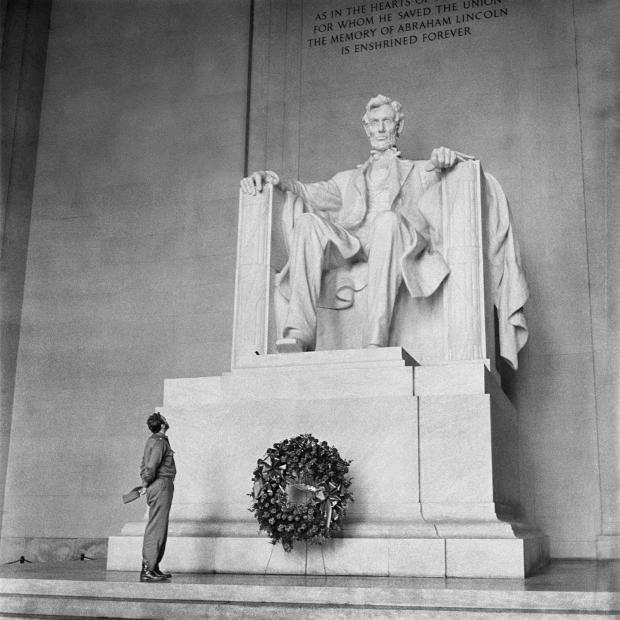 Alberto Korda, David & Goliath, Abraham Lincoln Memorial, Washington, D.C., Sunday, April 19, 1959